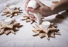 świeczki cukierku bożych narodzeń ręki właściciel robić ornament Obraz Royalty Free