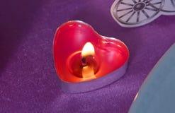 Świeczki czerwonych serc z małymi sercami Różowy tło Czerwony serce kształtował świeczki pali walentynka dnia pojęcie Fotografia Stock