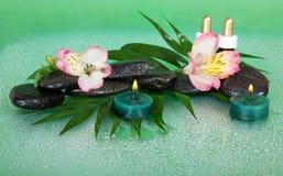 Świeczki i aromat oliwią, kamienie, kwiat zdjęcia stock