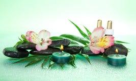 Świeczki i aromat oliwią, kamienie, kwiat zdjęcia royalty free