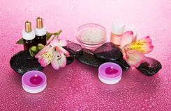 Świeczki i aromat oliwią, solą, kamienie, kwiat zdjęcia stock