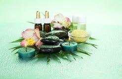 Świeczki i aromat oliwią, solą, kamienie, kwiat obraz stock