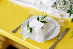 Świeczki i czara na dekorującym ślubu stole Selekcyjna ostrość Fotografia Stock