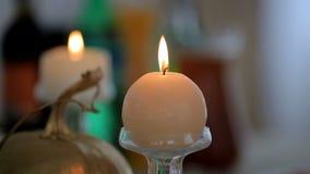 Świeczki i dekoracje na świątecznym stole zbiory