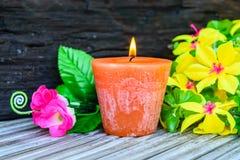 Świeczki i kwiatu klingeryt piękny Zdjęcia Royalty Free