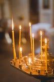 Świeczki i lampowy zakończenie wewnętrzny ortodoksyjny do kościoła Obraz Stock