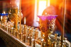 Świeczki i lampowy zakończenie Wnętrze Ortodoksalny kościół W wielkanocy Dziecka christening Ceremonia a w chrześcijaninie kąpałe Fotografia Royalty Free