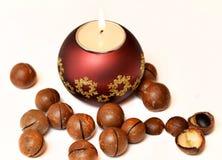 Świeczki i macadamia dokrętki Obrazy Royalty Free