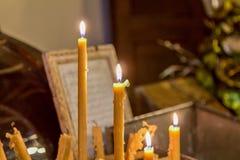 Świeczki i pisać modlitwa zdjęcia stock
