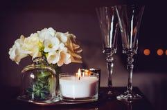 Świeczki i szampańscy szkła zdjęcia royalty free