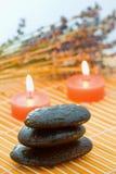 świeczki lawendy otoczaki zdjęcia stock