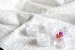 Świeczki na białym ręcznikowym abstrakcjonistycznym ciele dbają zdrój Zdjęcie Royalty Free