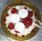 Świeczki na złotym talerzu, wysoki kąt Zdjęcia Stock