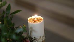 Świeczki płonie w candlestick zbiory wideo