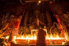 Świeczki Pali Jaskrawy w Tybetańskim Buddyjskim monasterze fotografia stock