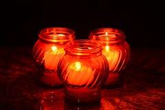 Świeczki Pali Przy cmentarzem Podczas Wszystkie świętego dnia Zdjęcie Royalty Free
