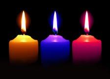 Świeczki pomarańcze menchii Błękitny kolor dalej nad ciemnym tłem Zdjęcie Royalty Free