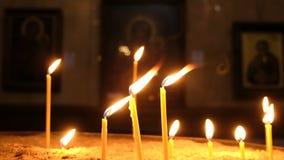 Świeczki są oparzenie i pozycją w piasku w candlestick w Ortodoksalnym kościół zbiory