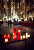 Świeczki w gothic kościół w tło gościach Zdjęcie Royalty Free