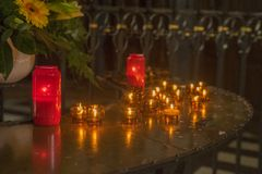 Świeczki w kościół katolickim w Germany obrazy stock