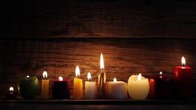 Świeczki w nocy w romantycznym nastroju zbiory