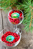 Świeczki w szkłach z cranberries obraz stock