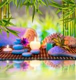 Świeczki, wierza biali kamienie i ręcznik i, gąbka a Obrazy Stock