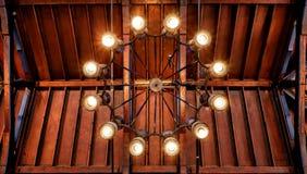 Świecznik pod drewnianym dachem ilustracji