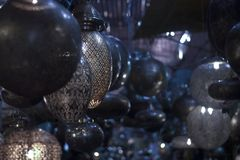 Świeczniki i lampy w formie metal księżyc w ciemnych alejach casbah rynki zdjęcie stock