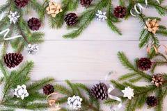 Świerczyn gałąź dekorować z łękami, faborkami i rożkami rozkładającymi w postaci ramy, boże narodzenie piękny skład zdjęcie royalty free