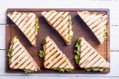 Świetlicowa kanapka z pomidorami, ogórkiem, baleronem i serem, zdjęcia royalty free