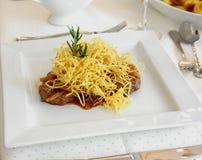 Świetna kuchnia, wołowina stek z piec cebulkowymi pierścionkami Obrazy Stock