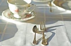 Świetna porcelaine filiżanka i srebra cutlery na stole obrazy royalty free
