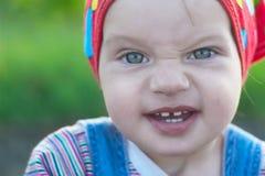 Świetne małej dziewczynki ciągnienia twarze Fotografia Royalty Free