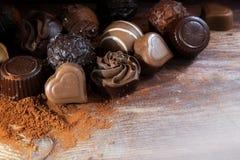 Świetni czekoladowi pralines na kakaowym proszku jako miłość prezent, narożnikowy b Obrazy Royalty Free