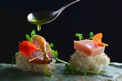Świetny łomotać, świeży surowy ahi tuńczyka sashimi słuzyć na ocean gąbce Obraz Stock