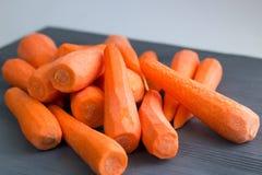 Świezi żółci pomarańczowej czerwieni marchwiani warzywa przygotowywali dla gotować zdrowego organicznie weganinu jedzenia przepis obrazy royalty free