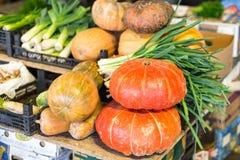 Świezi życiorys warzywa na stole przy miejscowym wprowadzać na rynek Banie i leek obraz royalty free