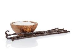 Świezi bourbon wanilii strąki i cukier odizolowywający dalej, zdjęcie stock