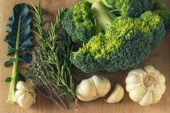 Świezi brokuły, czosnek i pikantność na drewnianym stole, obrazy stock