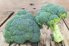 Świezi brokuły na nieociosanym tle Zdjęcie Stock