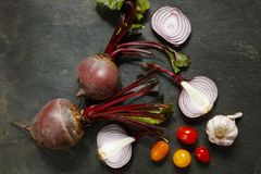 Świezi cali beetroot z czerwonymi cebulami, czosnkiem i czereśniowymi pomidorami, Obrazy Stock