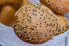 Świezi ciasta, chleb robić od drożdżowego ciasta, kropiącego z sezamowymi ziarnami Zdjęcie Royalty Free
