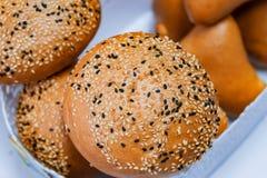 Świezi ciasta, chleb robić od drożdżowego ciasta, kropiącego z sezamowymi ziarnami Fotografia Stock