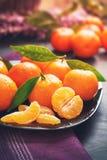 Świezi clementines z liśćmi obraz stock