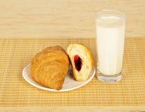 Świezi croissants na spodeczku i mleku fotografia stock