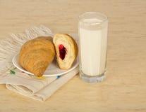 Świezi croissants z dżemem i dojnym szkłem fotografia royalty free