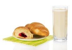 Świezi croissants z dżemem na pielusze i dojnym szkle zdjęcie royalty free
