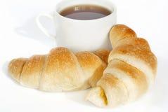 Świezi croissants z herbatą obraz stock