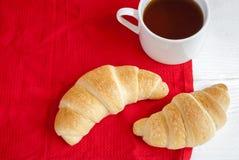 Świezi croissants z herbatą zdjęcie royalty free